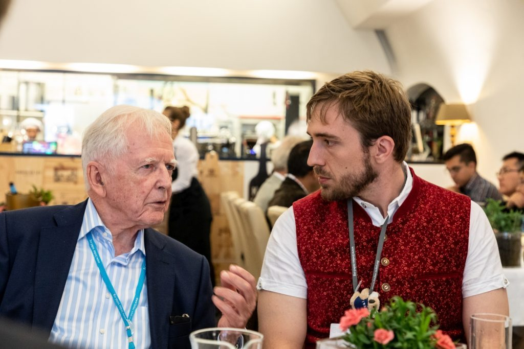 Teilnehmer Adam Whisnant im Gespräch mit dem Nobelpreisträger Harald zur Hausen